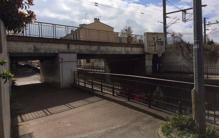Installation du chantier rue de la gare, cet été, à Poissy