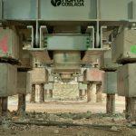 Image du chantier, un amas de cailloux en premier plan
