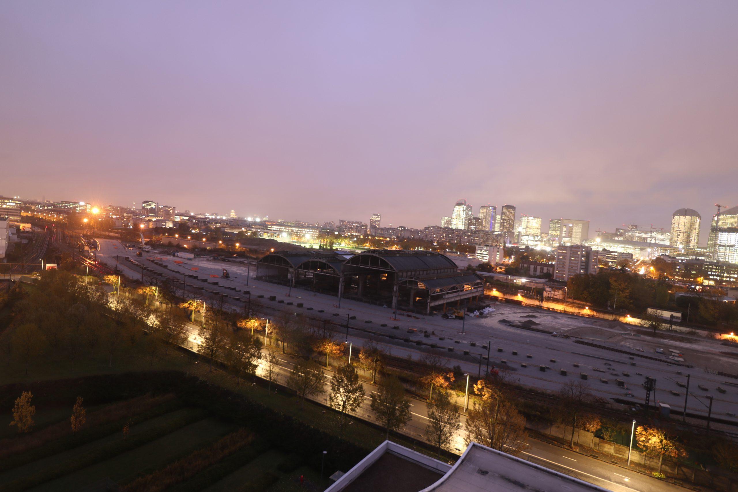 Vue de nuit du site de maintenance des rames, avec les premières rails