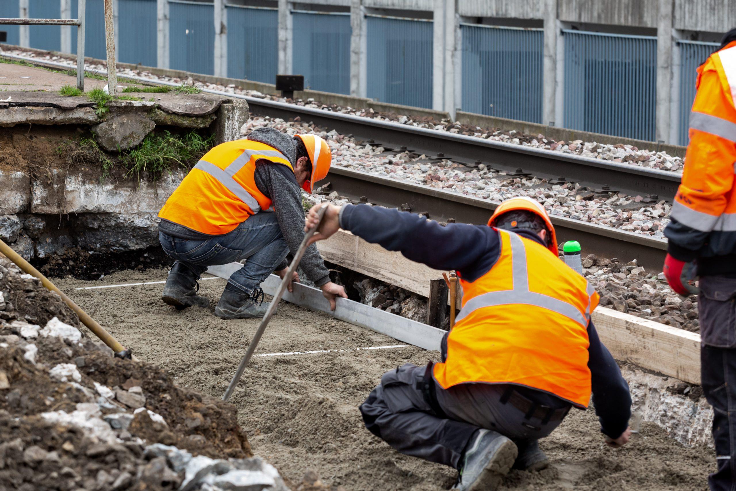 Personnel travaillant sur les voies