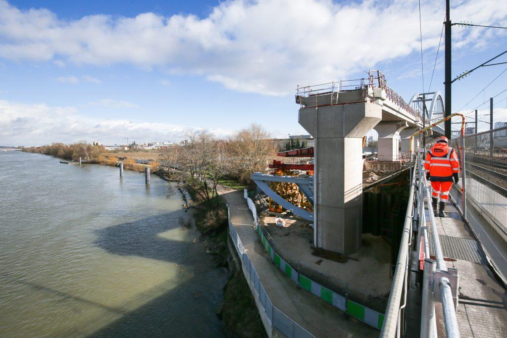 Pour connecter les voies existantes et celles de la future ligne E du RER, un pont-rail à Bezons a été construit. Sur la photo, l'un des appuis du pont sur lequel s'appuieront les tabliers du pont.