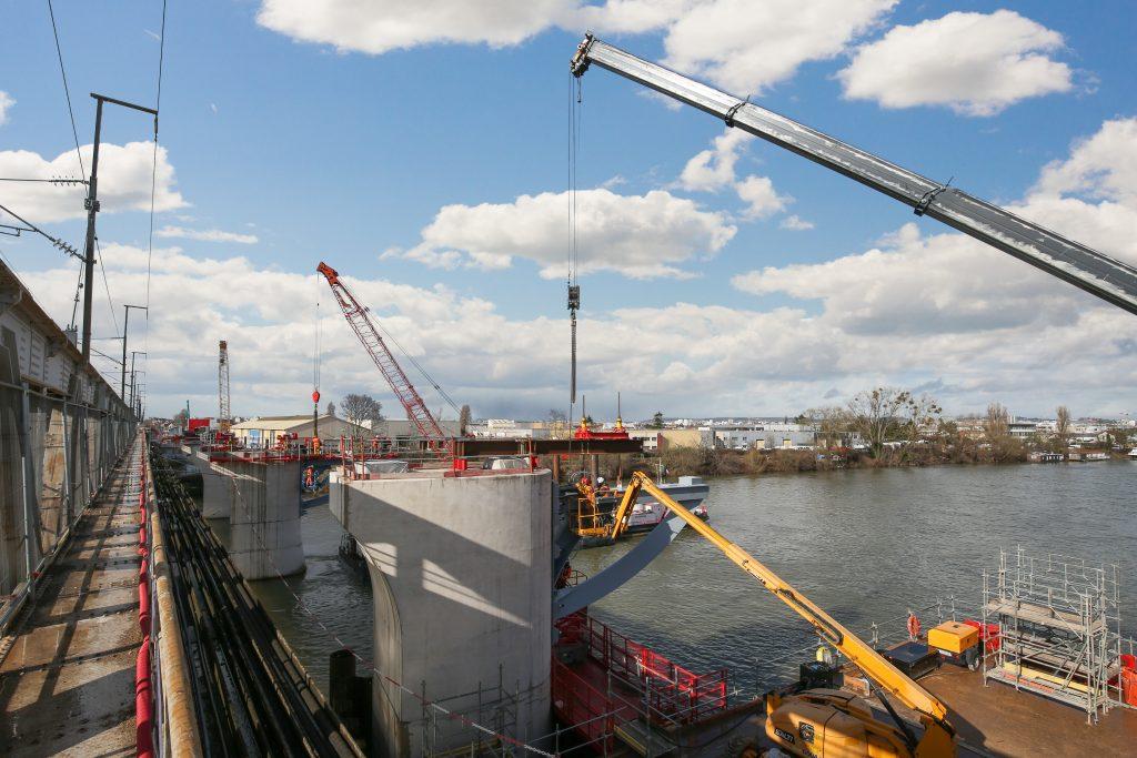 Sur cette photo des appuis du tablier du pont-rail à Bezons, les appuis sont équipés pour accueillir les tabliers.