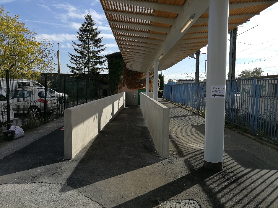 Accès secondaire rénové avec nouvel abri et rampe d'accès accessible