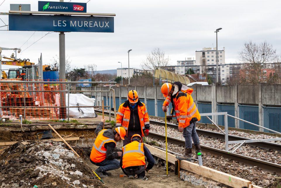 Compagnons travaillant sur les quais de la gare