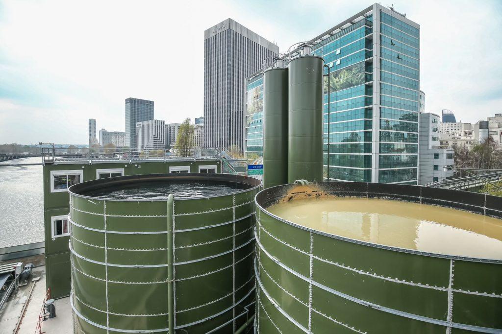 Sur la photo, on voit les deux cuves de l'usine de traitement des boues du tunnelier, appelée Base Seine, basée à Courbevoie.