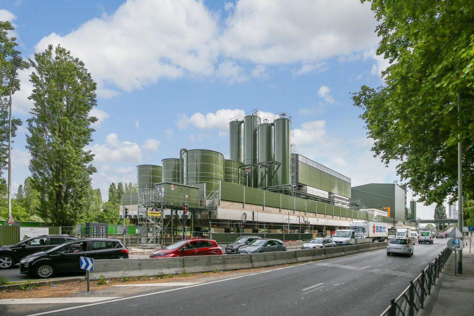 Sur la photo, une vue depuis la rue Paul Doumer de l'usine de traitement des boues du tunnelier.