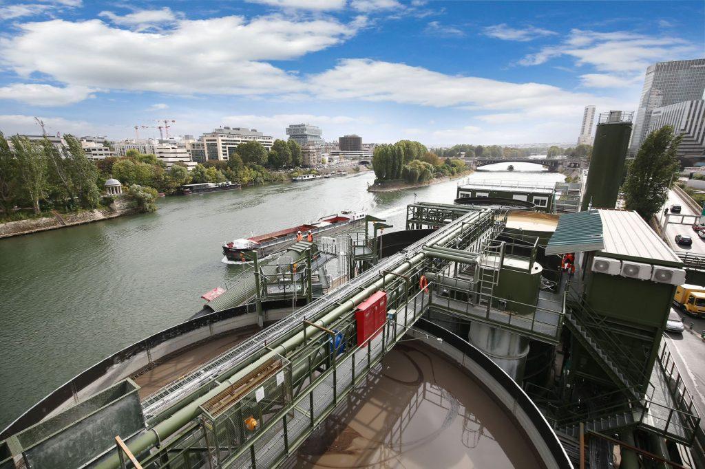 Sur la photo, une vue du ciel de l'usine de traitement des boues du tunnelier sur la Seine.