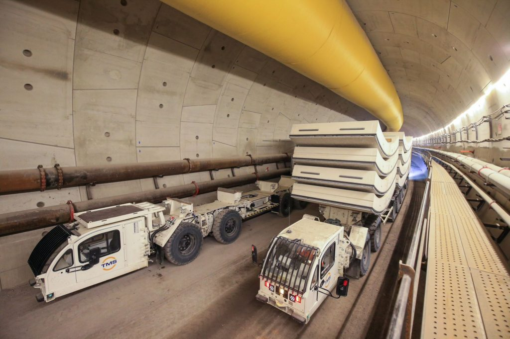 Sur la photo, un engin apporte les voussoirs au tunnelier, nécessaires à construire le tunnel où rouleront les futures rames du RER E.