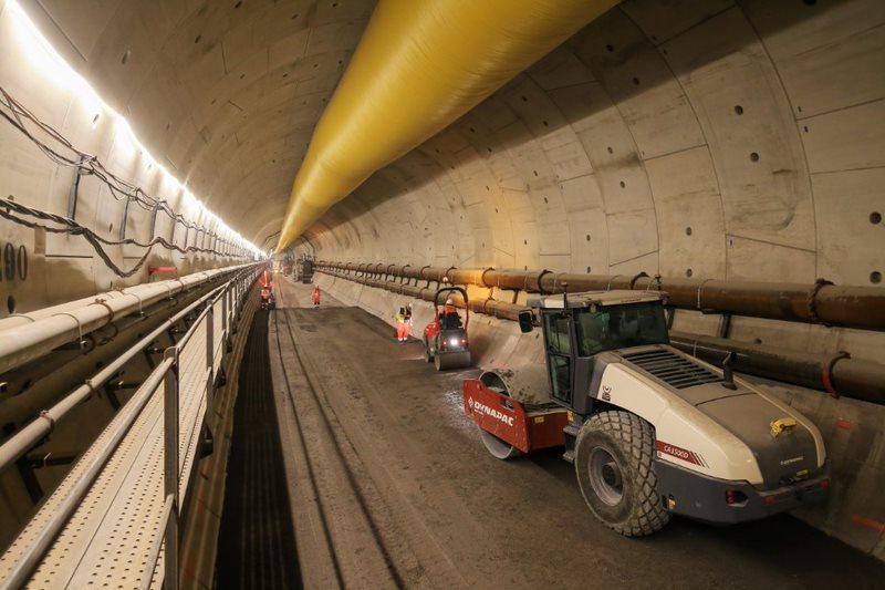 Après le passage du tunnelier, des engins de compactage créés la plateforme ferroviaire sur laquelle rouleront les futures rames du RER E.