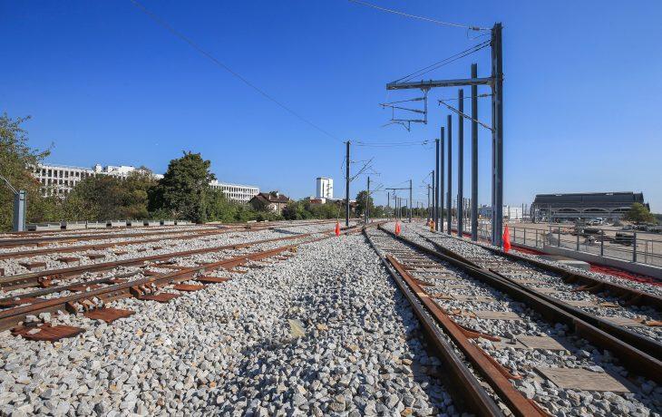 Passage aux travaux ferroviaires : poteaux caténaires