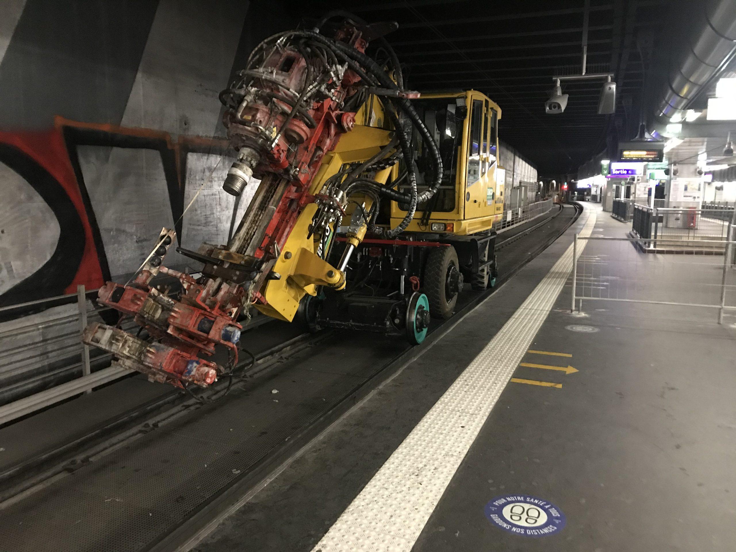 Engin sur les rails du tramway 2 pour travaux préparatoires de renforcement