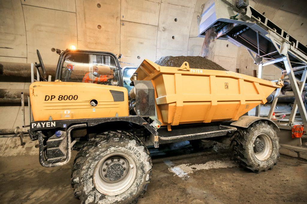 Camion transportant de la grave dans le puits du tunnel au tunnelier à Courbevoie