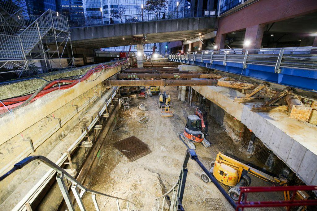 Vue de l'émergence de la future gare de La Défense sur l'avenue Gambetta à Courbevoie