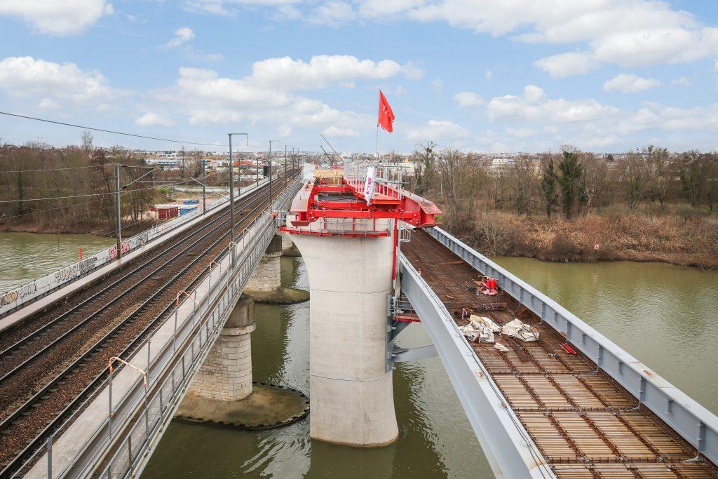 Vue de tablier de l'ouvrage au-dessus de la Seine