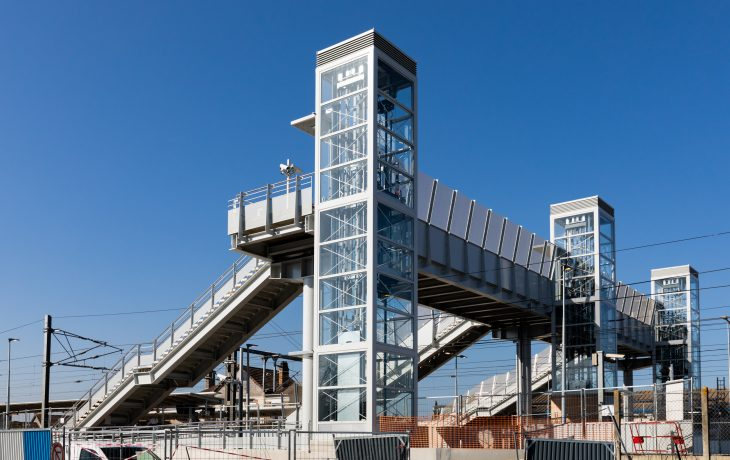 Dernier week-end travaux : grutage de la plateforme élargie sur la passerelle existante